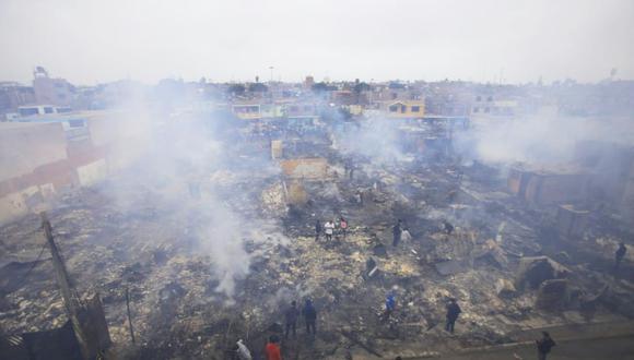 El incendio en el Callao movilizó a 26 unidades de los bomberos, quienes luego de cuatro horas lograron controlar el fuego. El resultado es más de 200 viviendas destruidas (Fotos: Jessica Vicente)
