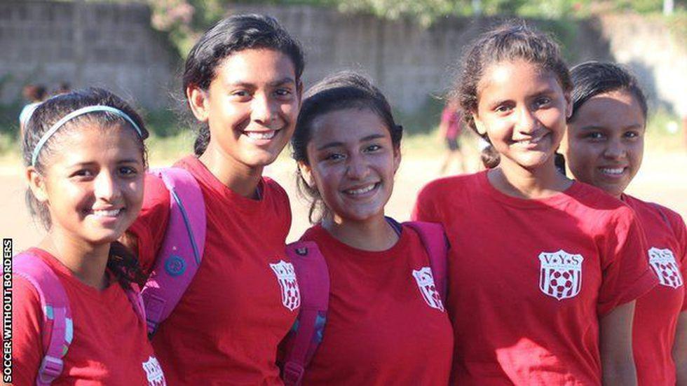 Hasly, en el centro, y sus compañeras viven con miedo por la violencia que en Nicaragua.