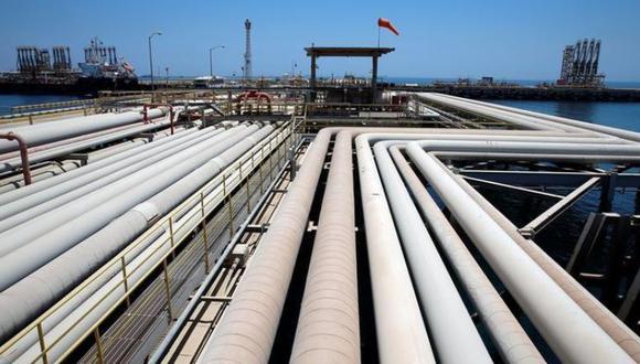 Un barco recibe una carga de combustible en la refinería Ras Tanura de Armamco en Arabia Saudita. (Foto: Reuters)