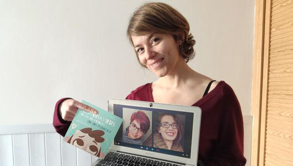 María Coco Hernando muestra a sus compañeras de aventura: la ilustradora Sara Ramírez y la correctora de textos María R. Coco. Juntas hicieron posible un cuento necesario y oportuno.