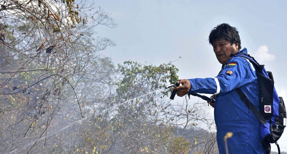 Soldados, voluntarios y el mismo Evo Morales luchan contra el fuego en Bolivia. Foto: AP