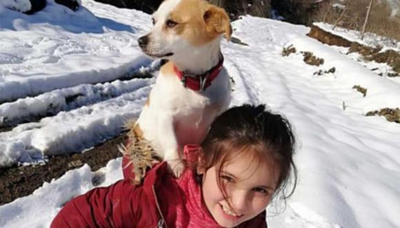 La pequeña se convirtió en protagonista tras caminar por más de 2 kilómetros sobre la nieve, y con su perro en hombros, en busca de un médico veterinario. | Foto: Ogün Oztürk