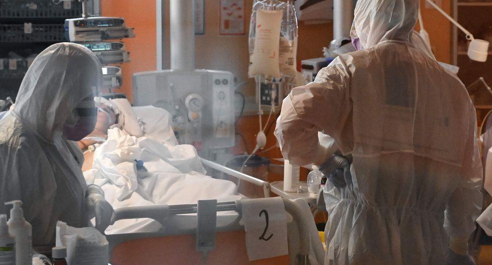 Imagen referencial. Médicos atienden a un paciente de coronavirus en un hospital de Roma, Italia, el 24 de marzo. Foto: AFP