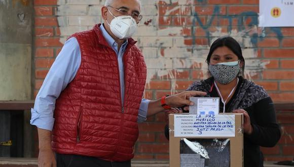 El candidato presidencial Carlos Mesa deposita su voto en un recinto en la ciudad de La Paz (Bolivia). (Foto: EFE/Martin Alipaz).