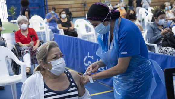 Según registros de Our World Data de la Universidad de Oxford, hasta este domingo Chile se posicionaba como el quinto país del mundo en administrar más vacunas cada 100 habitantes. (Foto: Martin BERNETTI / AFP)