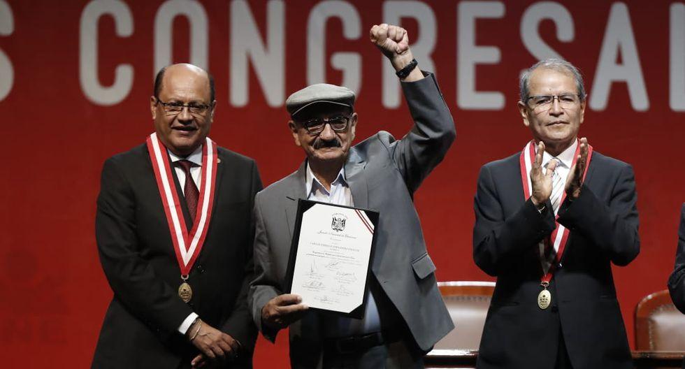 Enrique Fernández, del Frente Amplio, recibe su credencial como congresista electo de parte del JNE. (Foto: César Campos / GEC)