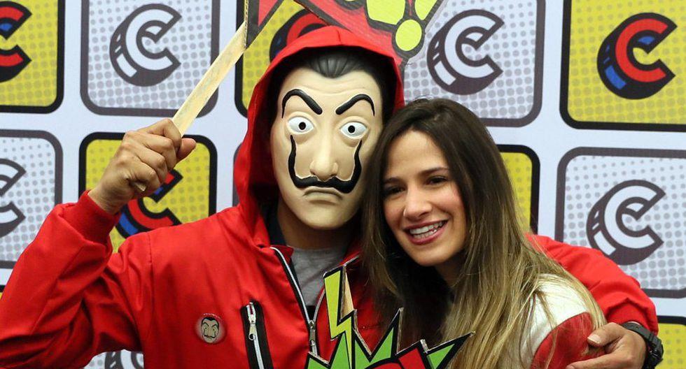 """Una joven posa junto a un hombre disfrazado de un personaje de la serie española """"La Casa de Papel"""" en junio pasado durante la Comic Con, en Bogotá (Colombia). (Foto: EFE)"""