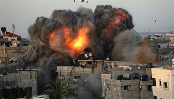Una bola de fuego surge de un edificio en el distrito residencial Rimal de la ciudad de Gaza el 16 de mayo de 2021, durante el bombardeo masivo israelí en el enclave controlado por Hamas. (Foto de Bashar TALEB / AFP).