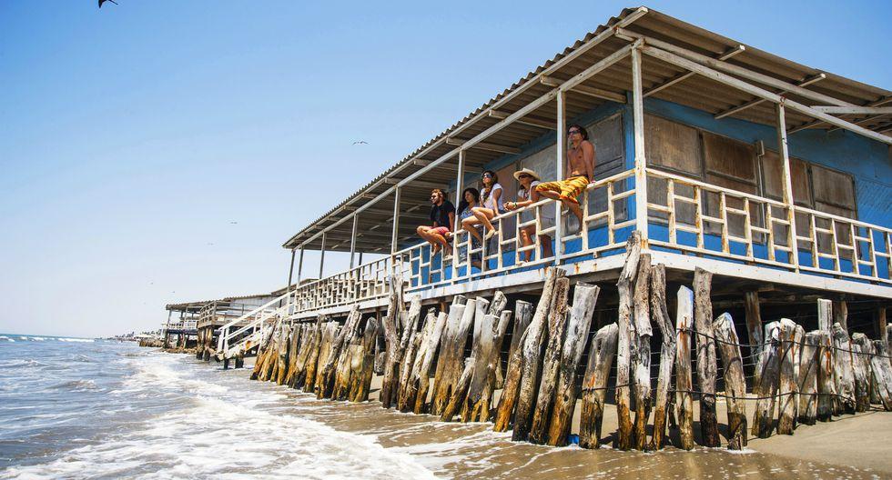 El balneario de Colán se caracteriza por sus casas de madera ubicadas en terrazas de piedra y levantadas sobre pilotes. Foto: PromPerú/Marcela Delgado