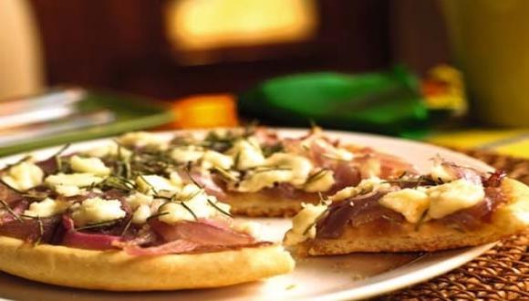 Pizza de papa con queso y cebollas glaseadas