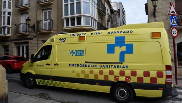 Una ambulancia circula en la ciudad de Haro, en el norte de España, lugar donde 30 personas permanecen en sus hogares bajo observación después de infectarse con coronavirus. (AFP / ANDER GILLENEA).