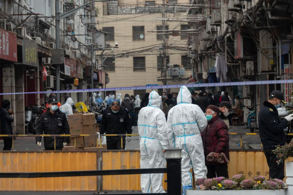 Las autoridades de Shanghái comenzaron a evacuar un barrio residencial de la ciudad después de confirmar al menos tres nuevos casos de coronavirus el jueves, los primeros detectados en esta gran ciudad de China desde noviembre. (Texto y foto: AFP).