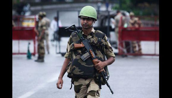 Un soldado de la India custodia la zona de Cachemira que es ocupada por su país. La tensión con Pakistán va en aumento. (AFP / Rakesh BAKSHI).