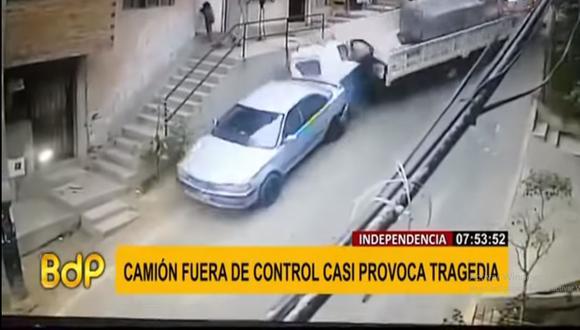 Preciso momento en que el mototaxi es embestido por un camión en una pendiente de la avenida Dos de Marzo en Independencia. (Foto: Buenos Días Perú)
