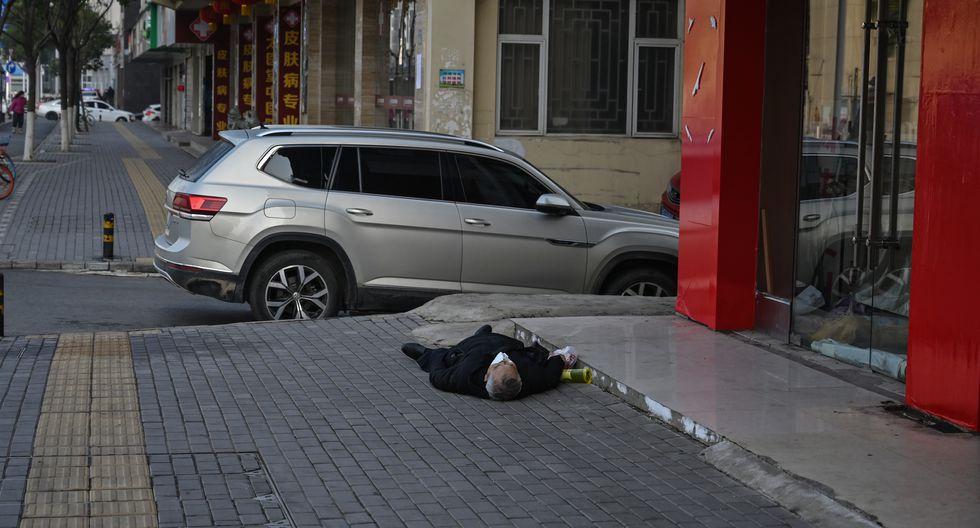 Un auto pasa con total indiferencia cerca al cadáver. Según AFP, el cuerpo estuvo tendido en la pista por varias horas antes de ser llevado por los servicios de emergencia. Foto: AFP/ Héctor Retamal