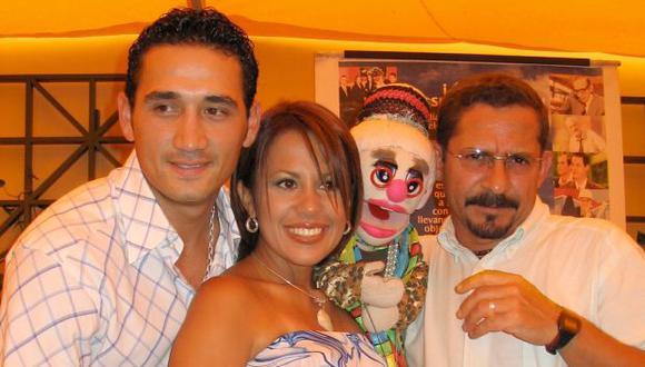 """Víctor Hugo Dávila, Lorena Caravedo y Ángel Calvo (Nicolasa) en """"Hola Perú"""". La foto data de marzo del 2004. (Foto: Luis Narro / El Comercio)"""