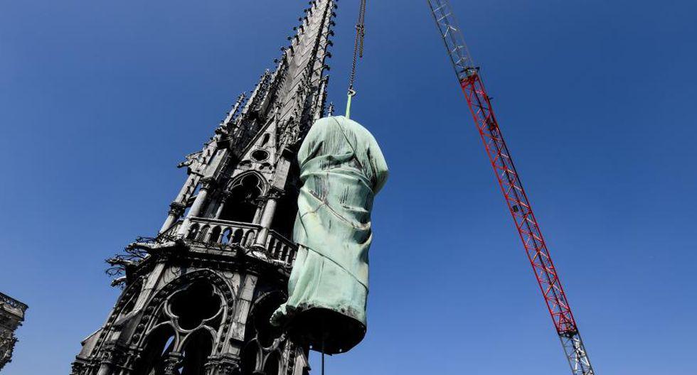 Las estatuas de los doce apóstoles y los cuatro evangelistas no sufrieron daños. Foto: AFP