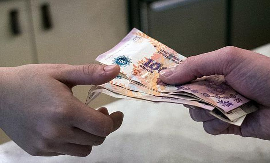 La caída del peso argentino domina las conversaciones entre la gente en Argentina. (Foto: Reuters)