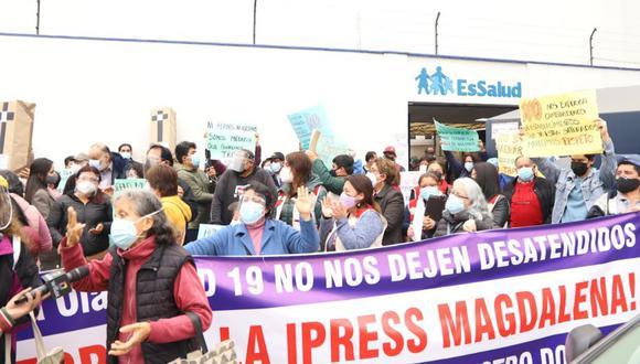 Grupo de asegurados, la mayoría adultos mayores, salieron a las calles esta mañana por cierre de local. (Foto: Municipalidad de Magdalena)