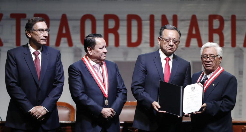 El excontralor Edgar Alarcón recibe su credencial como congresista electo de parte del JNE. (Foto: César Campos / GEC)