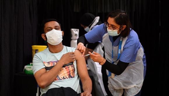 Una trabajadora de la salud administra una inyección de la vacuna Astrazeneca / Oxford Covid-19 en un centro de vacunación temporal establecido en la Mezquita de East London en Londres, Reino Unido. (JUSTIN TALLIS / AFP).