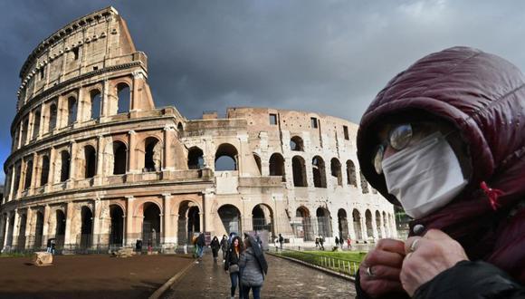 Un hombre con una mascarilla pasa por el Coliseo de Roma. (Foto: Alberto PIZZOLI / AFP).