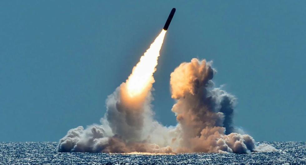 Un misil Trident II D5 desarmado es lanzado a modo de prueba desde el submarino de misiles balísticos USS Nebraska de la Armada estadounidense frente a la costa de California, el 26 de marzo del 2018.  (Foto: US Navy / Especialista en Comunicación de Masas de primera clase Ronald Gutridge / Reuters)