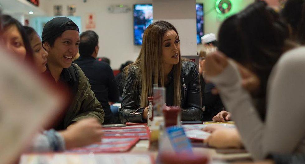 Angie Arizaga empezó la celebración con una reunión junto a sus amigos. (Foto: @Angiearizaga)