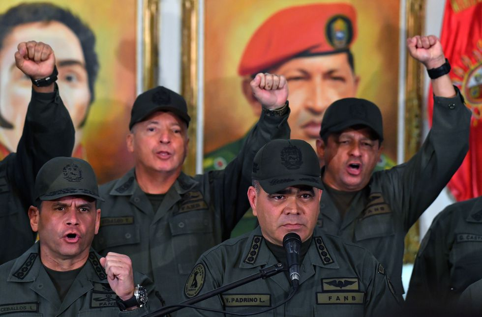 El ministro de Defensa Vladimir Padrino rodeado del alto mando militar de Venezuela. (AFP).