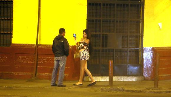 Según la legislación peruana, la prostitución no es un delito siempre y cuando sea ejercida de forma voluntaria. En la práctica, este oficio esconde redes de explotación y trata de personas. (Foto: Miguel Bellido / El Comercio)