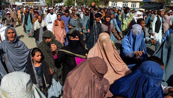 Miles de personas marchan contra una orden de los talibanes para que desalojen sus casas construidas en terrenos de propiedad estatal en Kandahar el 14 de septiembre de 2021. (Javed TANVEER / AFP).
