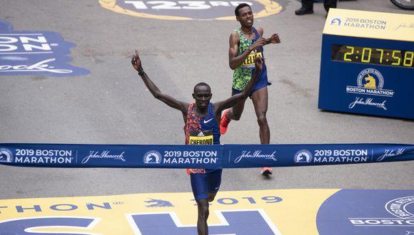 El keniata Lawrence Cherono, quien logró así su primera victoria en una 'major', con un tiempo de 2:07:57, apenas dos segundos de diferencia del experimentado etíope Lelisa Desisa. (Foto: AFP)