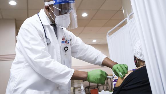 Un médico aplicando una dosis de la vacuna contra el coronavirus en Nueva York. (Foto: EFE)