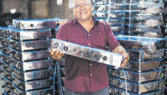 Ciro Castañeda, de 57 años, visita a sus clientes en provincias, como técnico de Fadicc S.A. (Foto: El Comercio)