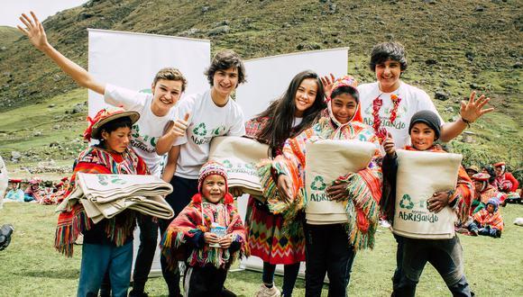 La organización estima que desde el 2016 ha llevado cobijo a cerca de 30 mil peruanos y peruanas que viven en zonas vulnerables. Para conocer más sobre la labor de Ayudando Abrigando puedes buscarlos en Facebook e Instagram como @ayudandoabrigando. (Foto: Ayudando Abrigando)