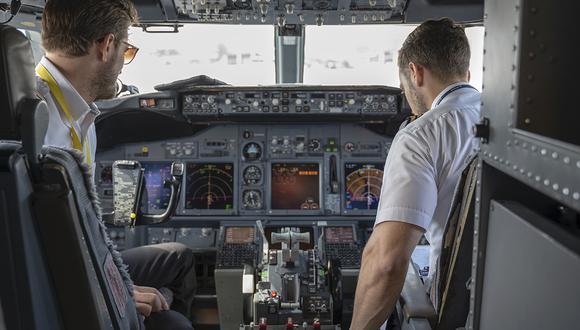 Suspenden a dos pilotos por permitir a una celebridad egipcia 'tomar el control' de un avión. (Foto: Pexels)