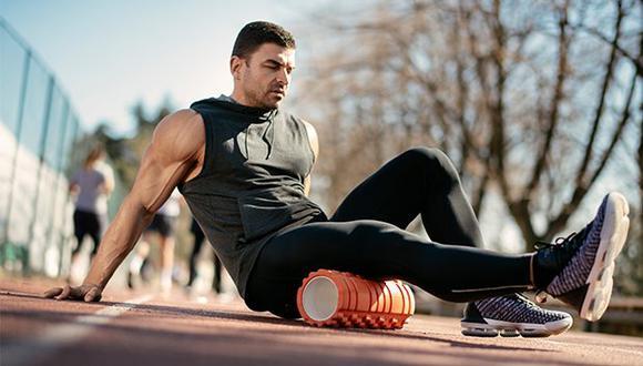 El efecto de enrollar y comprimir la musculatura específica, utilizando un rodillo de espuma denominado foam roller, favorece la recuperación y activación del runner.