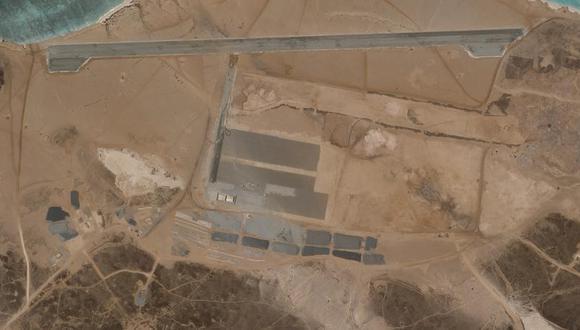 Imagen satelital de Plant Labs Inc., del 11 de abril del 2021, que muestra la base aérea bajo construcción en la isla Mayun, frente a la costa de Yemen. (Planet Labs Inc. vía AP).