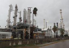 Petróleo cae por hundimiento de la demanda pese a esperanzas de estímulo
