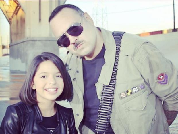 La bambina posa davanti alla telecamera con suo padre, Bebe Aguilar (Foto: Angela Aguilar/Instagram)