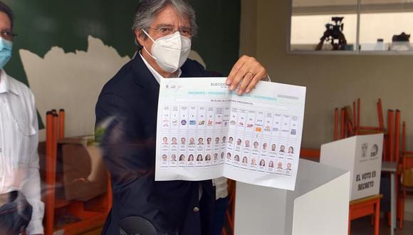 El candidato presidencial ecuatoriano Guillermo Lasso vota en Guayaquil. (Foto: EFE/ Marcos Pin).