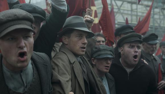"""Al centro el inspector Gereon Rath (Volker Bruch) de la policía alemana, durante una manifestación del Partido Comunista de Alemania. """"Babylon Berlin"""", ambientada en 1929, sigue sus andanzas en los años previos al auge del nazismo. Foto: Europa Europa."""