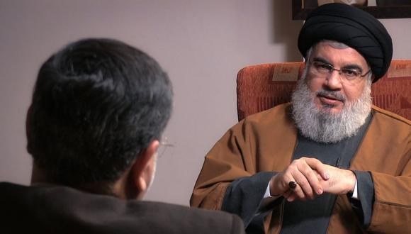 """La publicidad para la revista """"Massir"""" anunció que la entrega incluirá """"por primera vez [...] imágenes de los encuentros"""" entre Nasralá (que mira de frente en la foto) y Jamenei. (Foto: AFP)"""