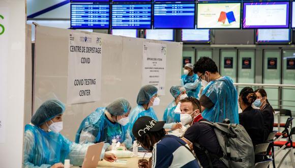 """El gobierno francés ha implementado nuevas medidas sanitarias como cuestionarios de salud, pruebas de reacción en cadena de la polimerasa (PCR) y temperatura corporal verifica los viajeros que llegan al país, así como restricciones específicas para aquellos que vienen de países clasificados como """"en riesgo"""" en términos de la pandemia en curso. (EFE/CHRISTOPHE PETIT TESSON)."""