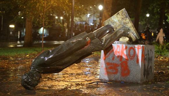 Una estatua del expresidente Abraham Lincoln derribada por manifestantes en un parque de Portland, la noche del domingo 11 de octubre de 2020. (Sean Meagher/The Oregonian via AP).