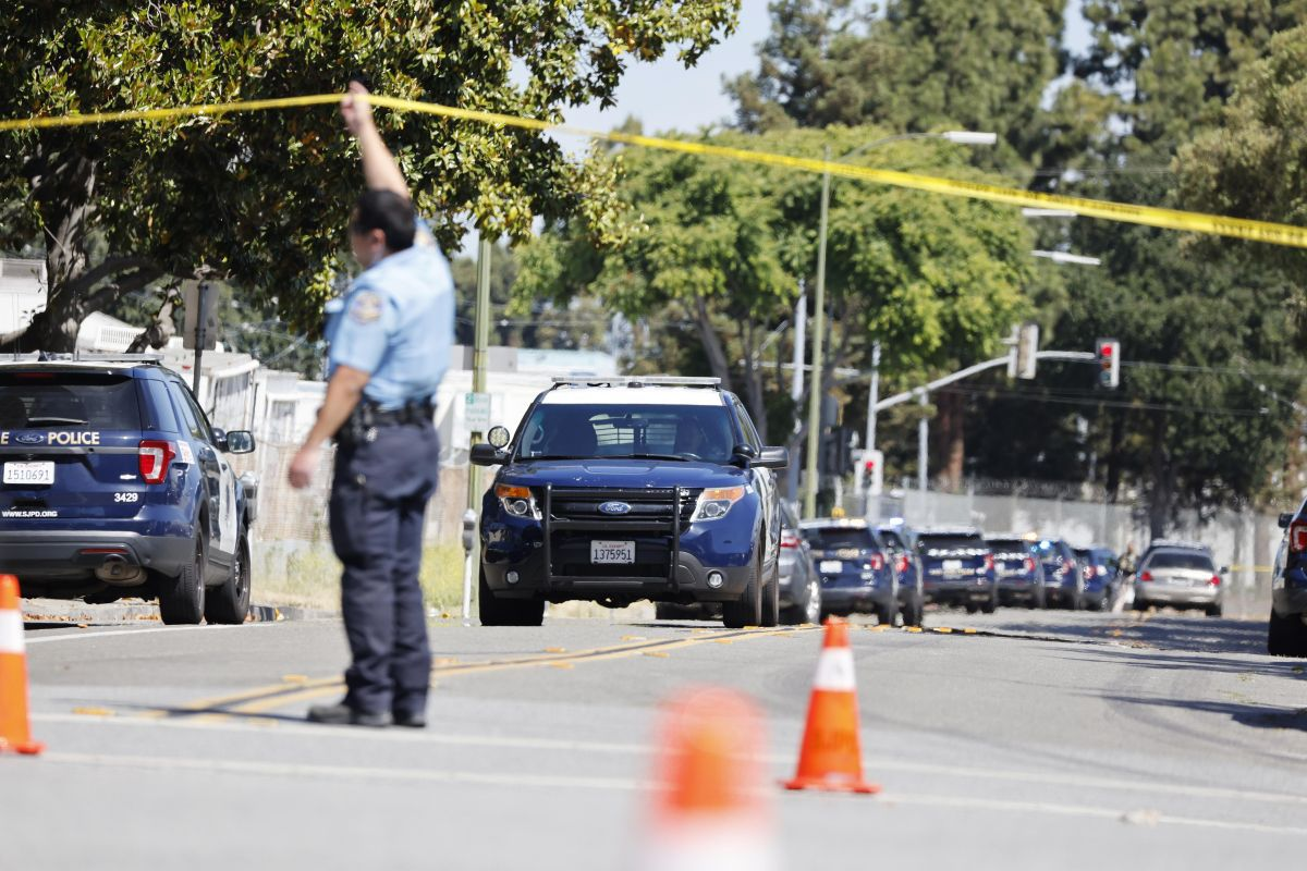 Police and investigators at the scene of a workplace shooting in the San Jose Valley Transportation Authority light rail yard in San Jose, California, United States, on May 26, 2021. (EFE / EPA / JOHN G. MABANGLO).