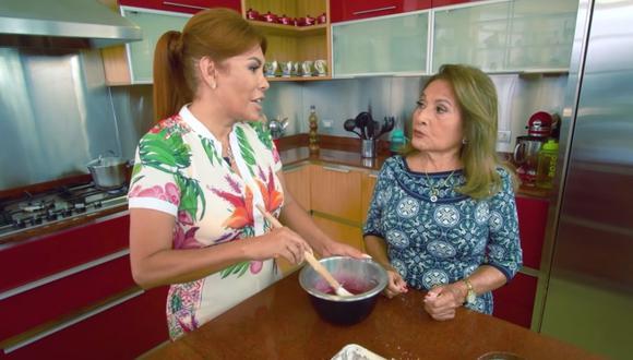 Magaly Medina y su mamá dieron una receta de mazamorra morada para el canal de YouTube de la presentadora. (Foto: Captura de YouTube).
