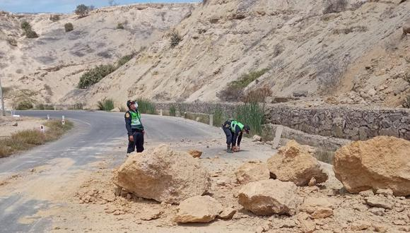 Las piedras cubrieron a lo ancho de la pista que imposibilitó el paso de vehículos por cerca de dos horas. (Foto: PNP)