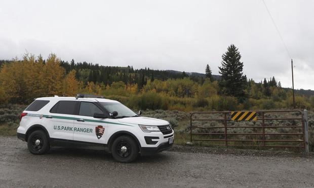 Un vehículo de un guardaparques de EE.UU. avanza en el área de Spread Creek en el Bosque Nacional Bridger-Teton, al este del Parque Nacional Grand Teton, junto a la Carretera Federal 89. (Foto AP / Amber Baesler).