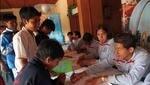 Seleccionados firmando autógrafos en Tacna antes de viajar a Bolivia. En primer plano se ve a Johan Fano y Juan Vargas. (Foto: Rolly Reyna / Archivo El Comercio)